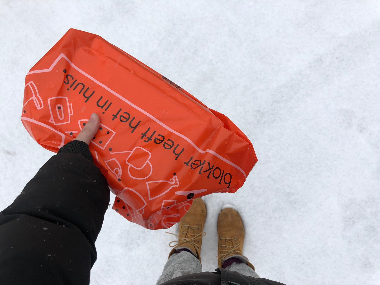 Kaartjes op de post door de sneeuw