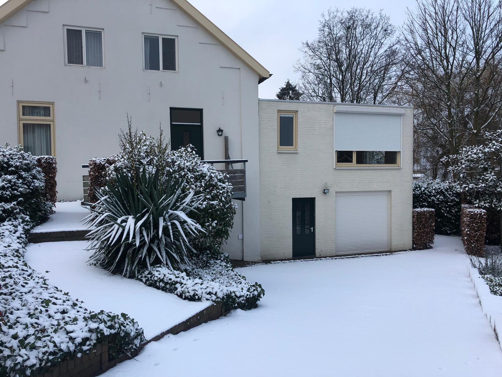 Huis minder wit in sneeuw