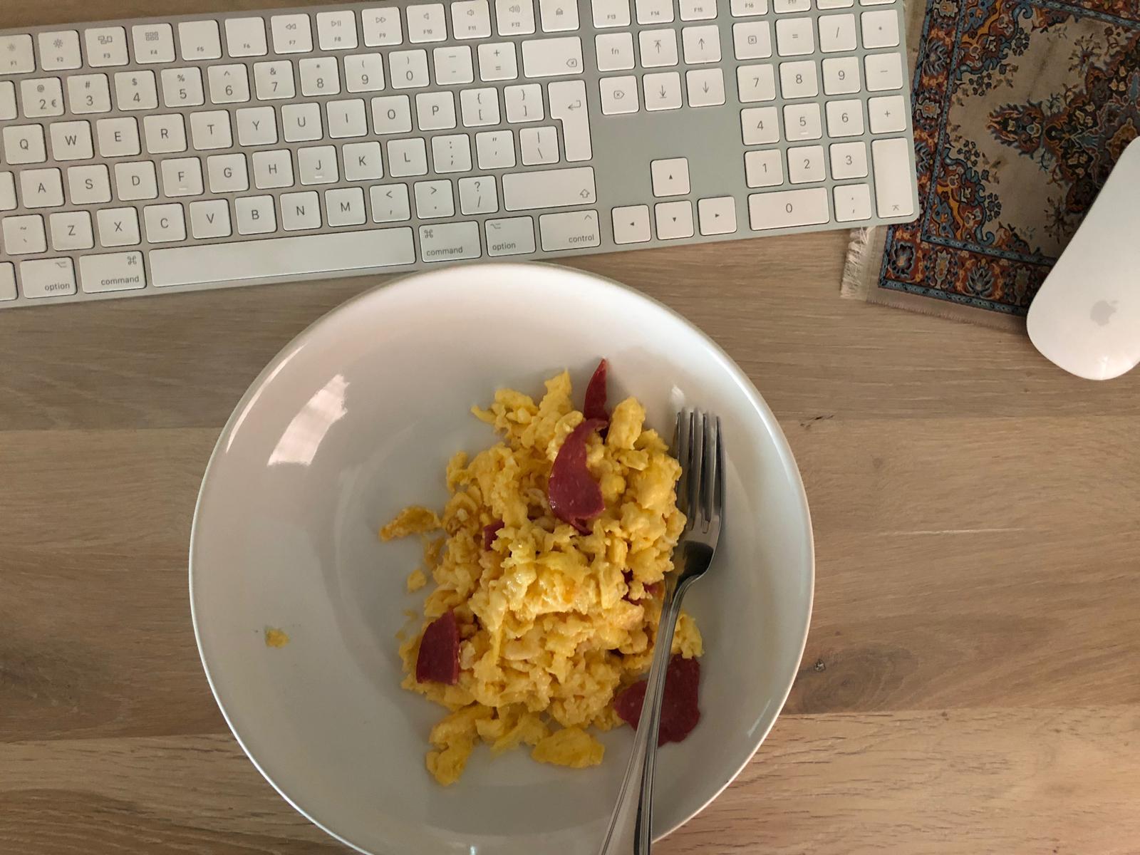Roerei met kaas en salami