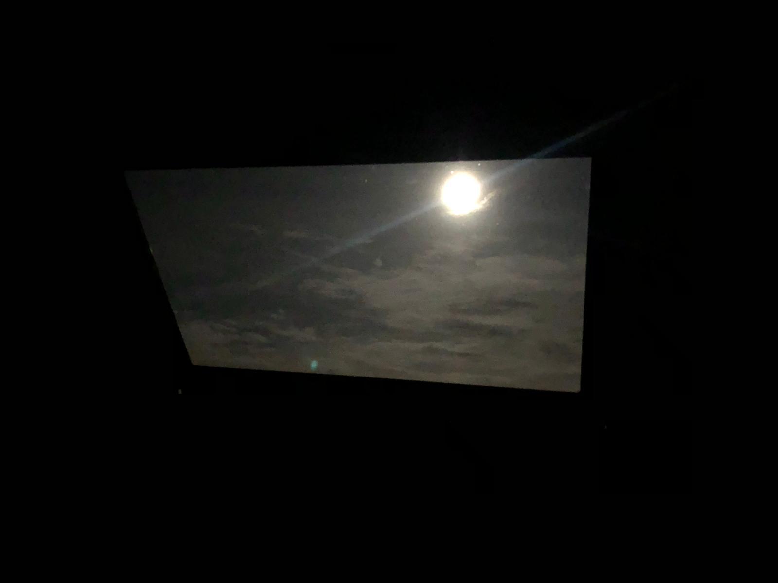Volle maan door mijn dakraam