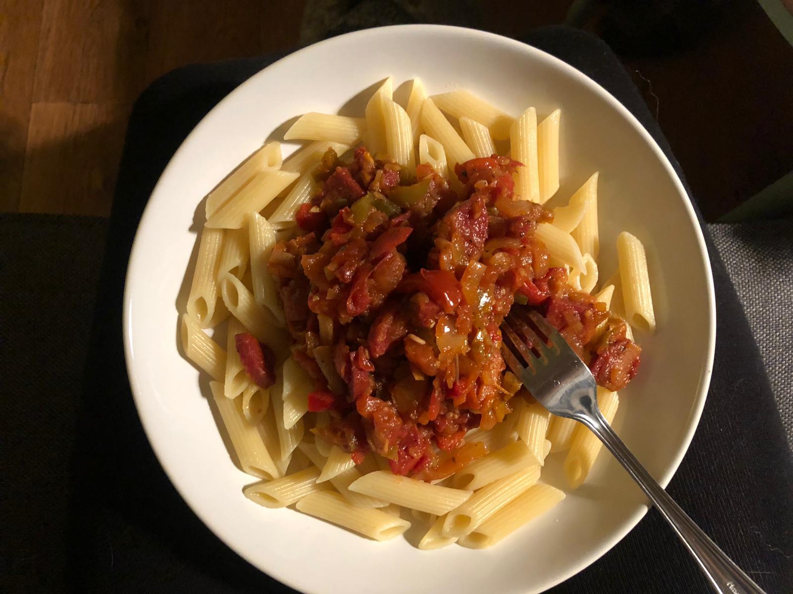 Pasta met tomaten en salami