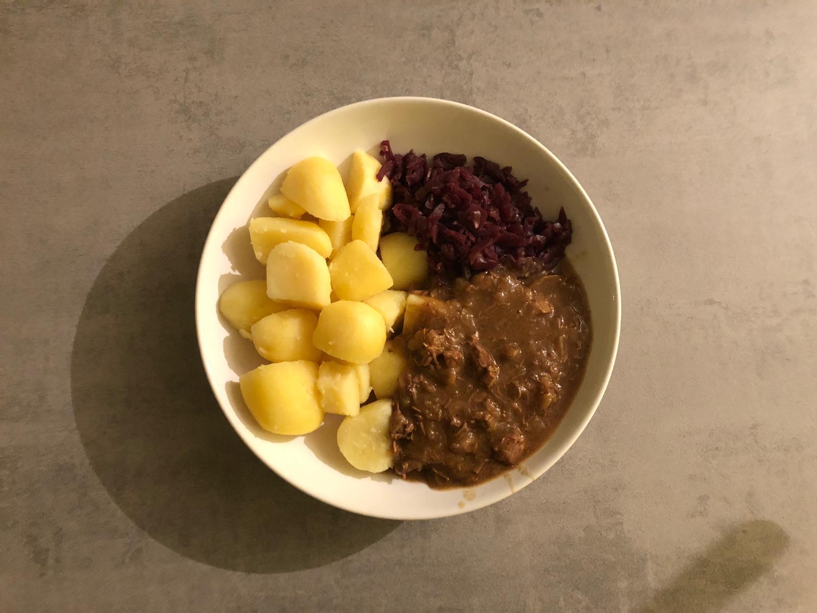 Hachee met rode kool en aardappels