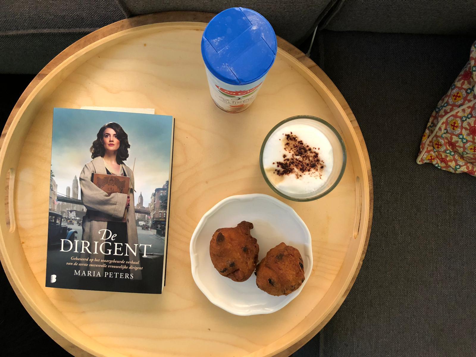 Oliebollen, boek en koffie