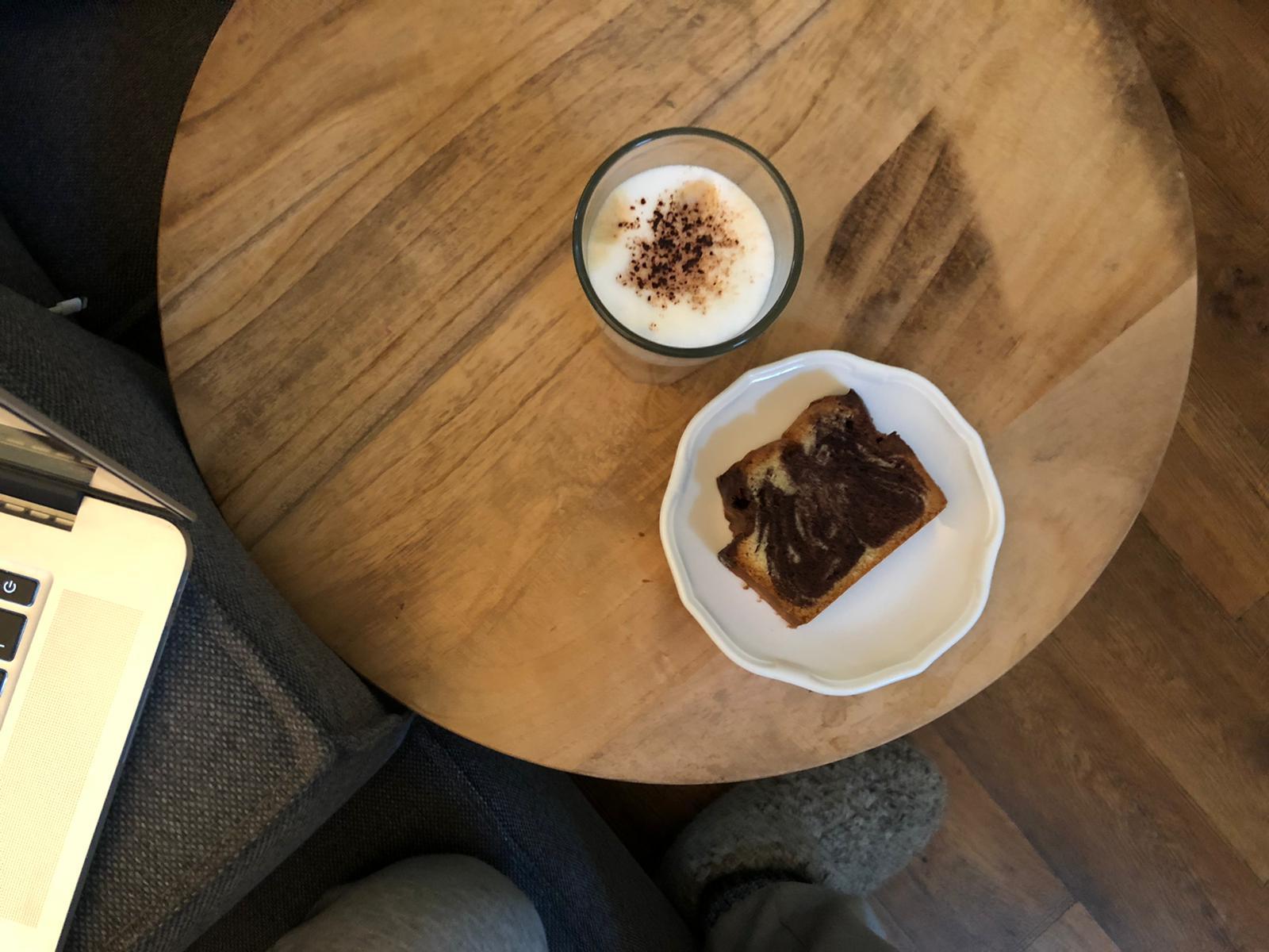 Zelfgemaakte cake en koffie