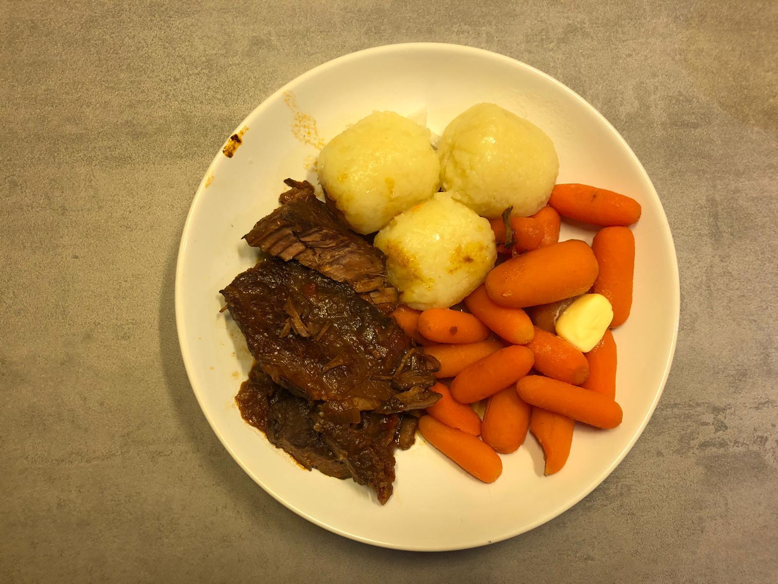 Klöse met draadjesvlees en wortelen