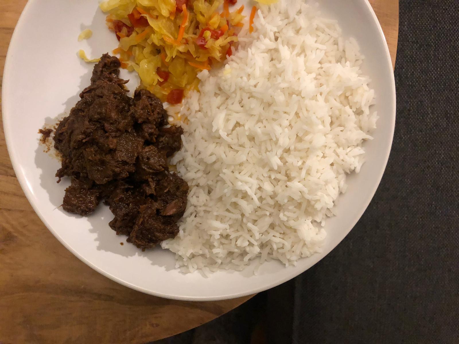 Pittige satéstoof met rijst en zuur
