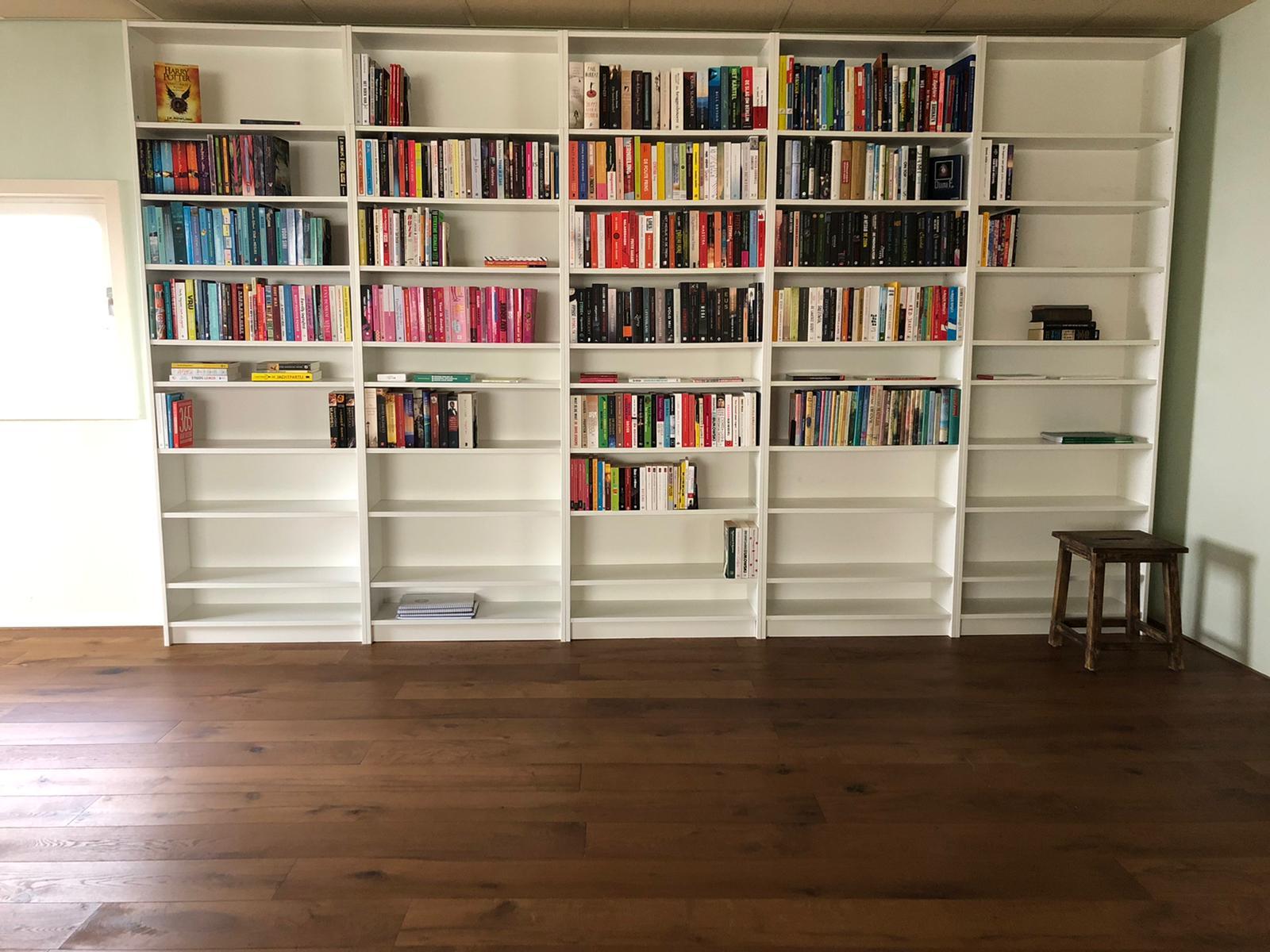 boekenkast gevuld