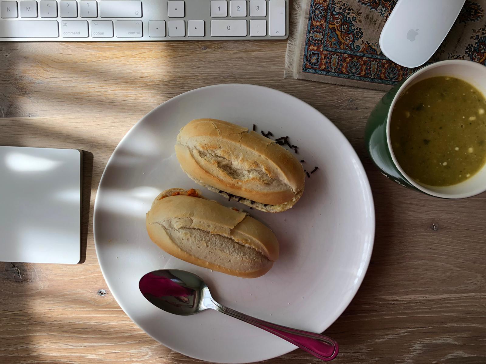 Lunch wel even achter de iMac