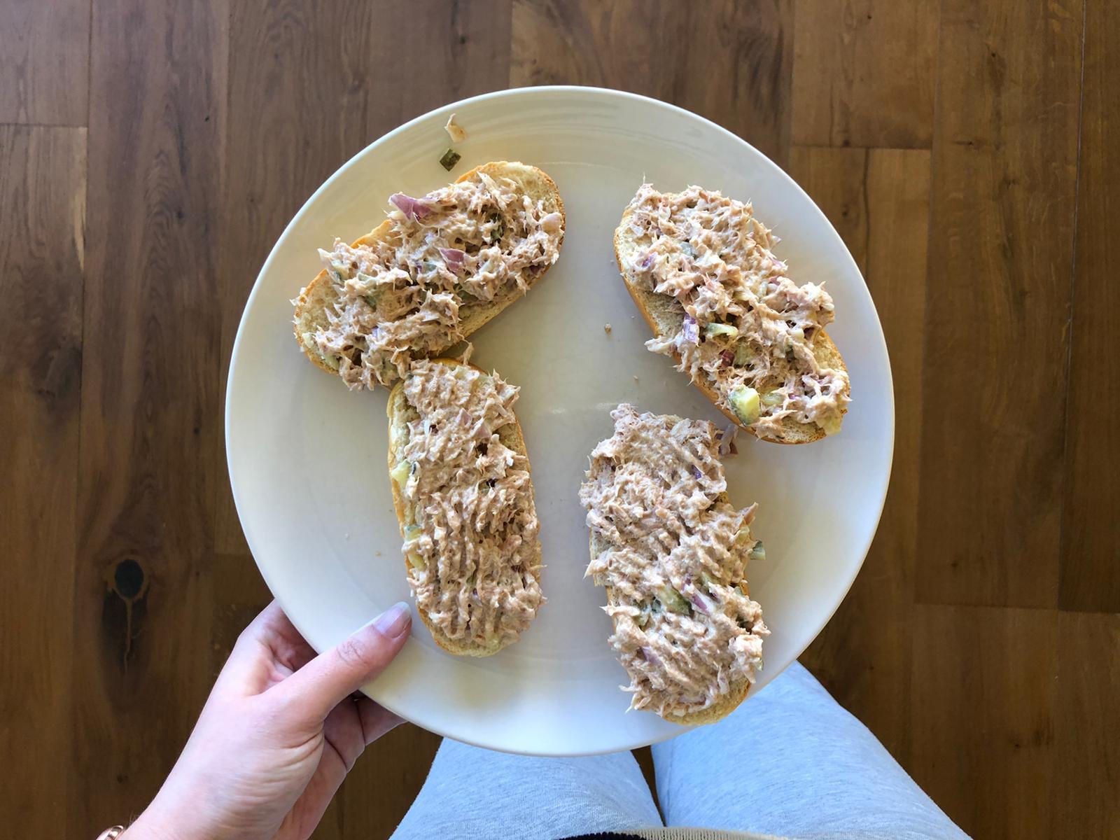 Lunchen met broodjes tonijn