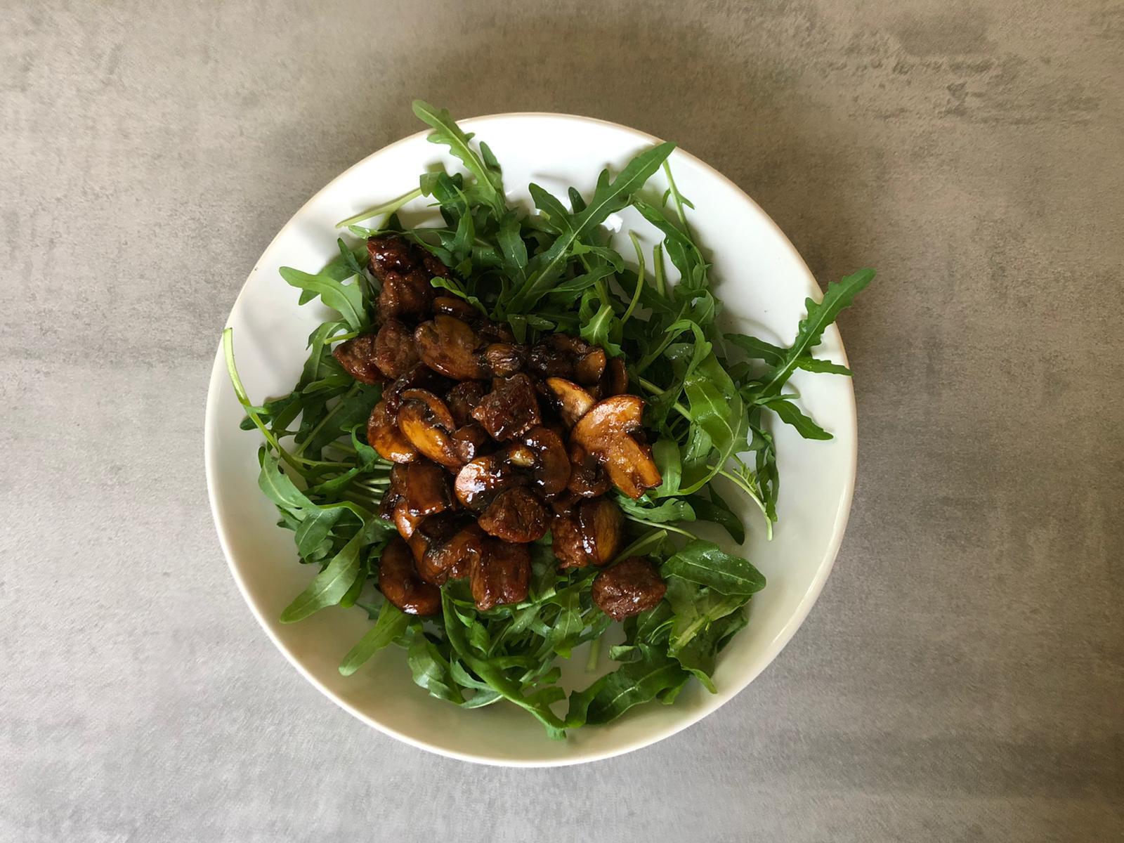 Rucola met biefstuk en champignons