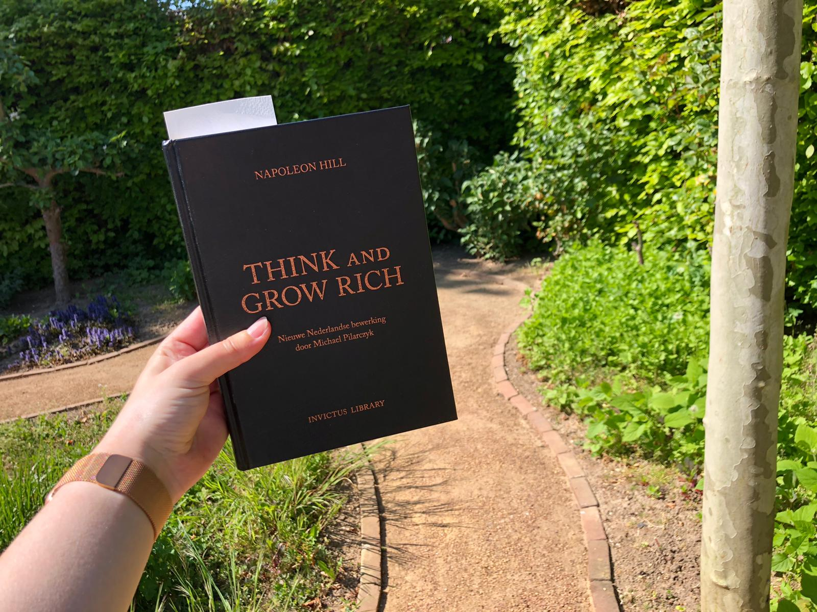 Think and grow rich lezen in de tuin