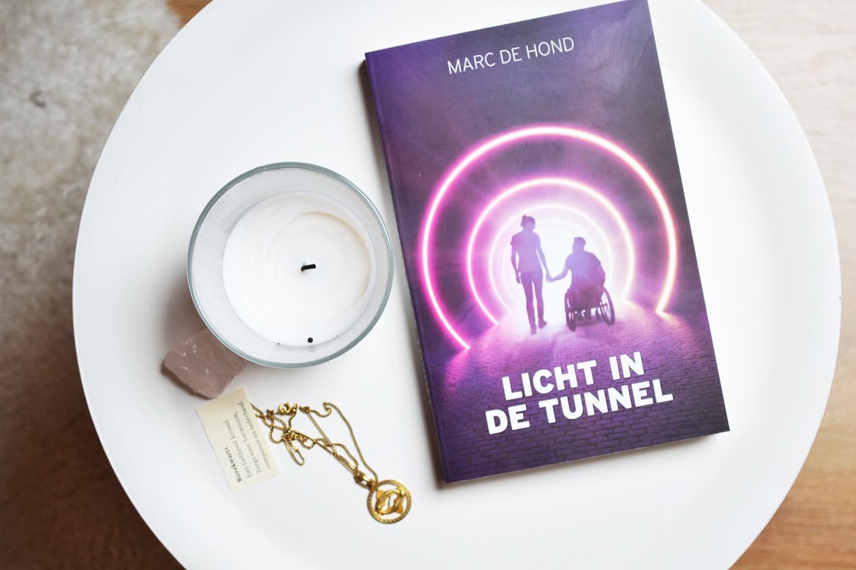 Licht in de tunnel van Marc de Hond